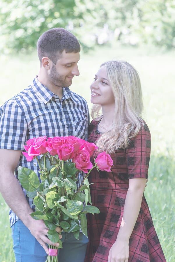 Paar die in Liefde elkaar koesteren stock fotografie