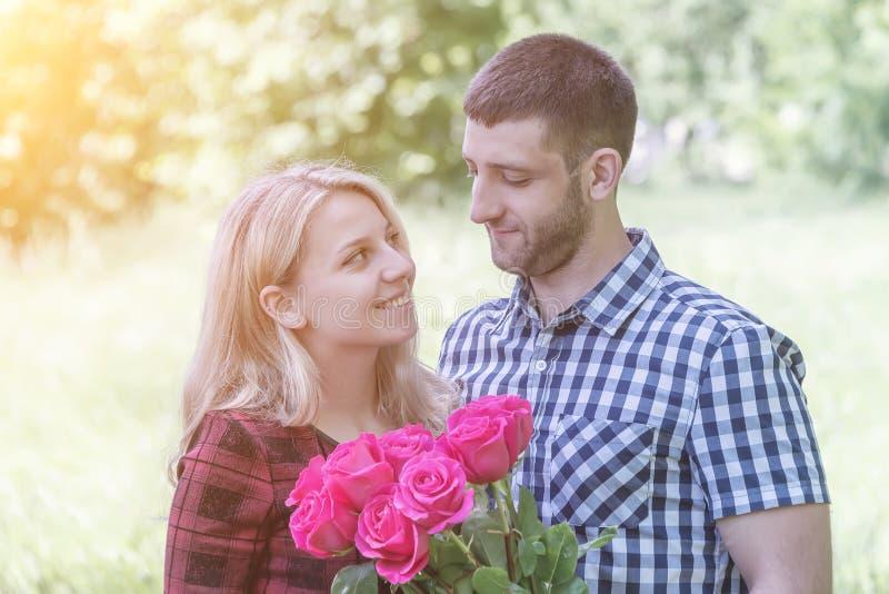 Paar die in Liefde elkaar koesteren royalty-vrije stock fotografie