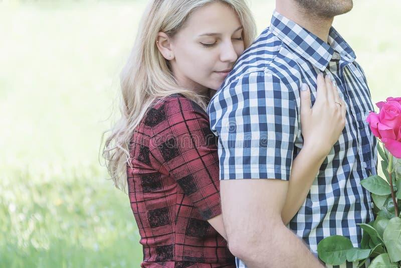 Paar die in Liefde elkaar koesteren royalty-vrije stock foto's