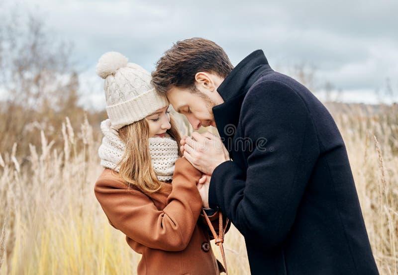 Paar die in liefde in het de herfstpark het lopen, koelt dalingsweer Een man en een vrouw omhelzen en kussen, houden van en de af royalty-vrije stock afbeeldingen