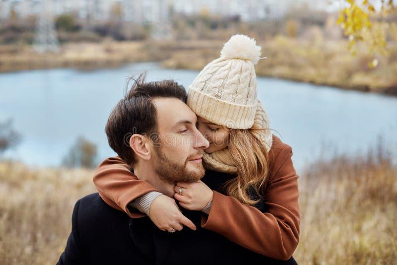 Paar die in liefde in het Park, de dag van Valentine lopen ` s Een man en een vrouw omhelzen en kussen, een paar in liefde, geneg stock fotografie