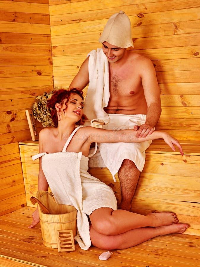 Paar die in liefde hoed het dragen bij sauna heeft ontspannen royalty-vrije stock foto