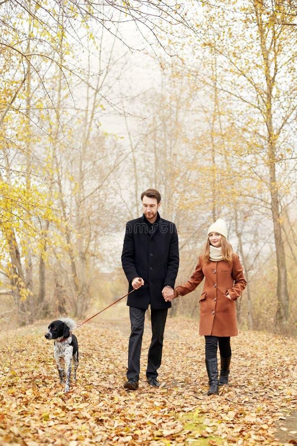 Paar die in liefde op de dag van Valentine ` s in het Park met D lopen royalty-vrije stock afbeelding