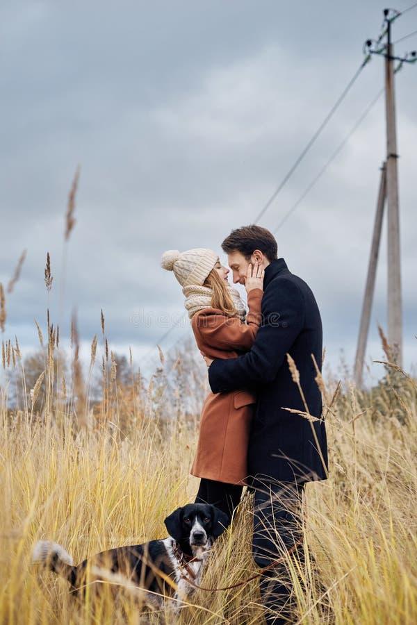 Paar die in liefde op de dag van Valentine ` s in het Park met D lopen royalty-vrije stock afbeeldingen