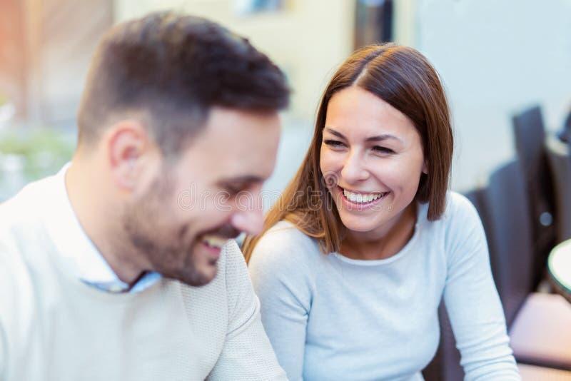 Paar die in liefde in restaurant spreken openlucht, stock afbeelding
