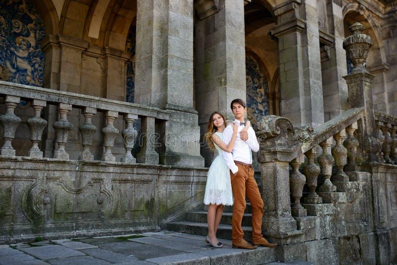 Paar die in liefde rond een oud kasteel wandelen royalty-vrije stock foto's
