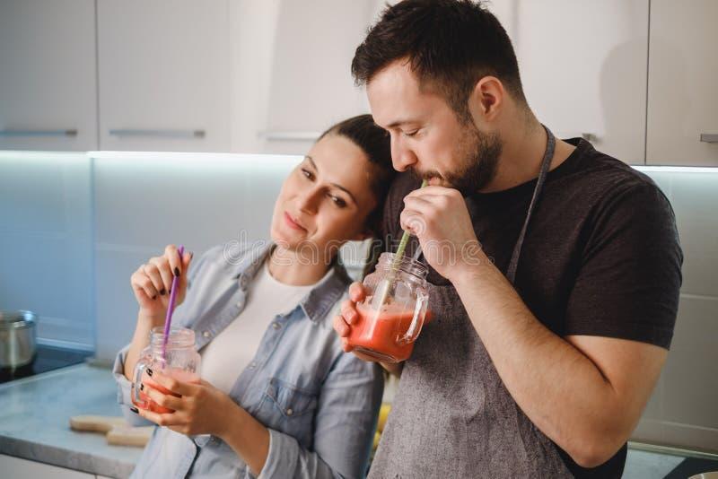 Paar die in liefde smoothie van de kruik drinken royalty-vrije stock afbeeldingen