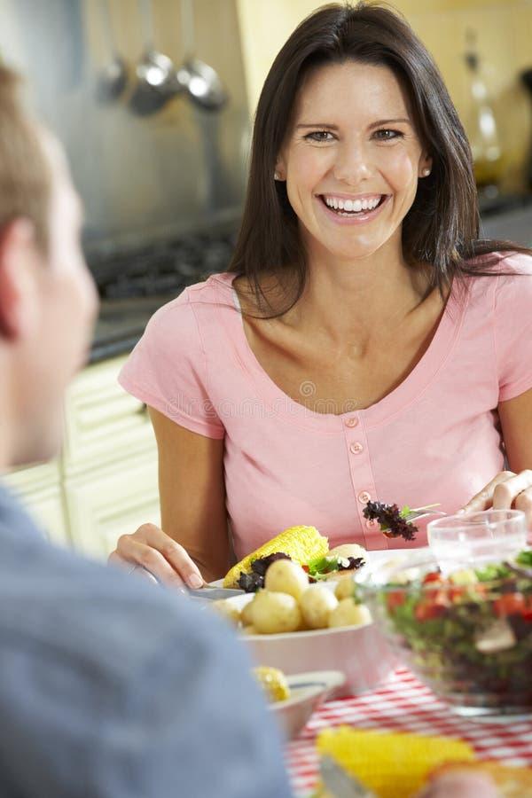 Paar die Maaltijd samen in Keuken eten stock fotografie