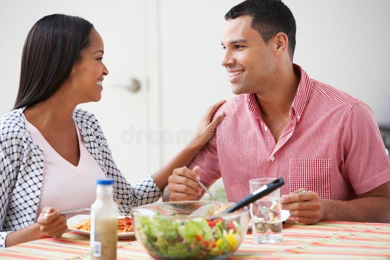 Paar die Maaltijd samen thuis eten royalty-vrije stock afbeelding