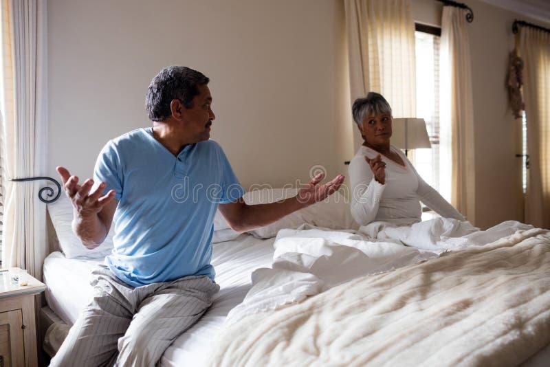 Paar die met elkaar in slaapkamer debatteren royalty-vrije stock afbeeldingen