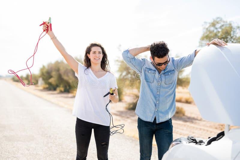 Paar die met gebroken auto hulp zoeken royalty-vrije stock afbeelding