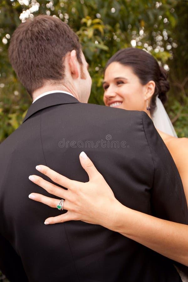 Paar die met haar trouwring pronken stock afbeeldingen