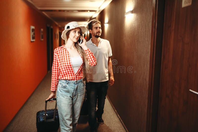 Paar die met koffers hun hotelruimte zoeken royalty-vrije stock foto's