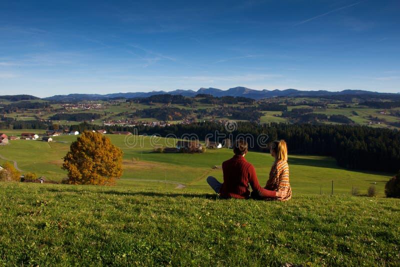 Paar die mooi de herfstlandschap bekijken van Beieren Duitsland royalty-vrije stock afbeelding