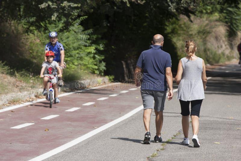 Paar die na het lopen lopen royalty-vrije stock foto