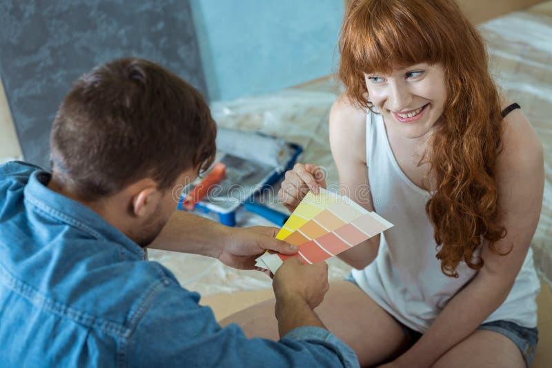 Paar die naar het schilderen van muren gaan stock foto's