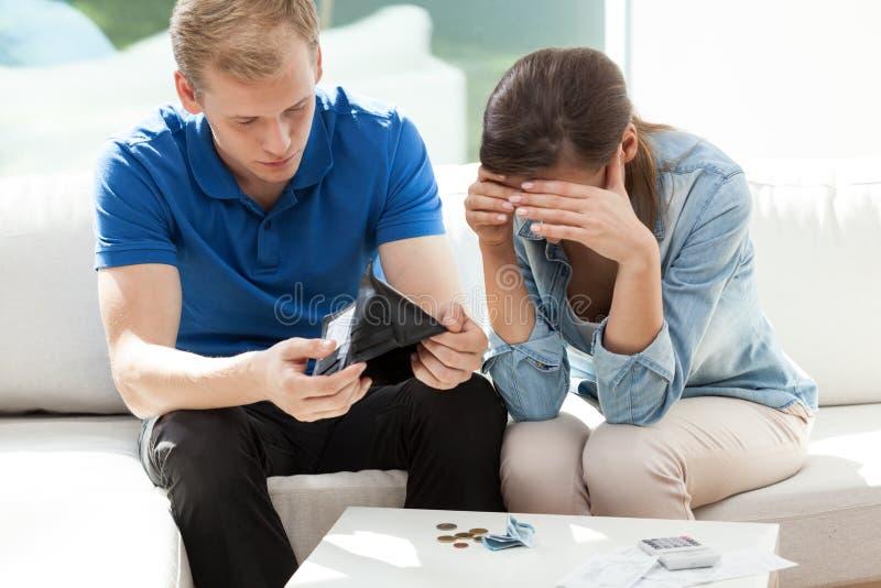 Paar die niet genoeg geld hebben stock foto