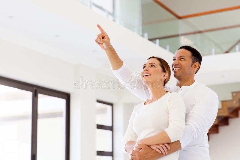 Paar die nieuw huis kijken stock foto's