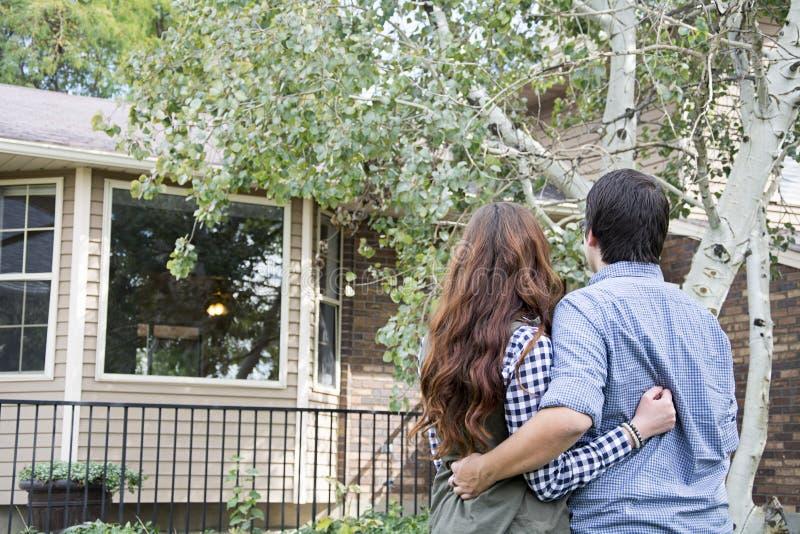 Paar die nieuw huis staren stock foto's