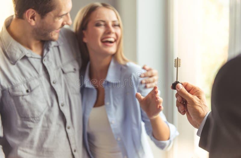 Paar die nieuwe flat kopen royalty-vrije stock foto