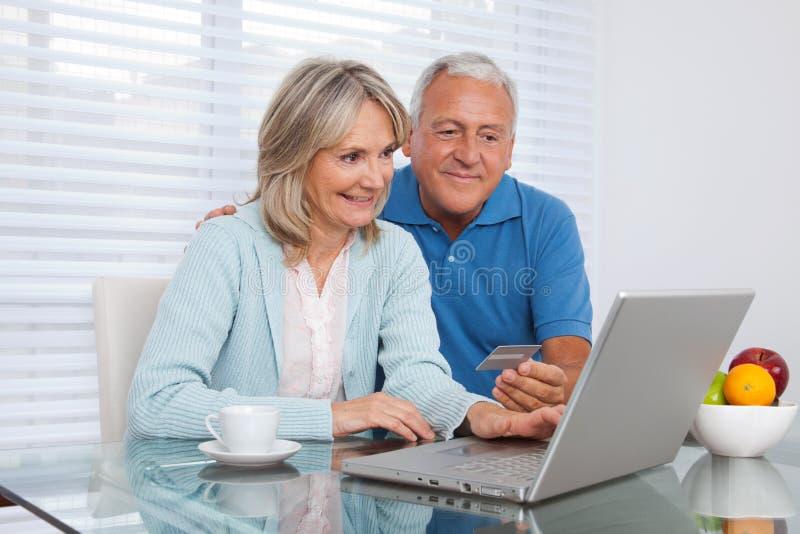 Paar die online winkelen royalty-vrije stock afbeeldingen