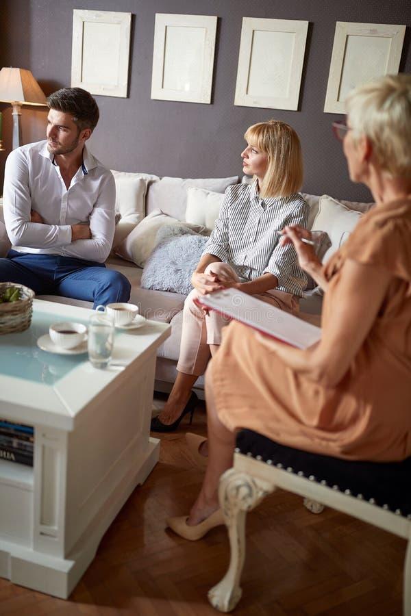 Paar die onplezierige bespreking hebben bij psycholoog royalty-vrije stock foto