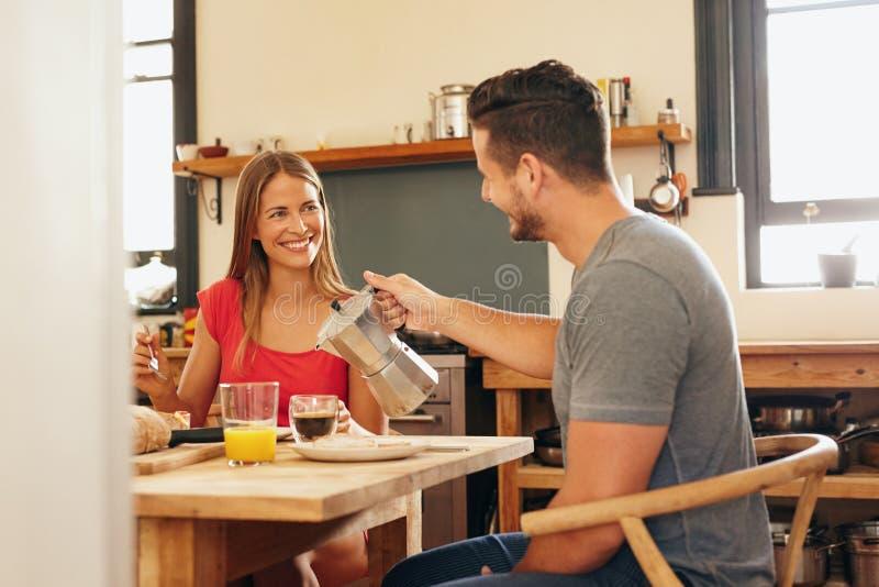 Paar die ontbijt, mensen dienende koffie hebben royalty-vrije stock afbeeldingen