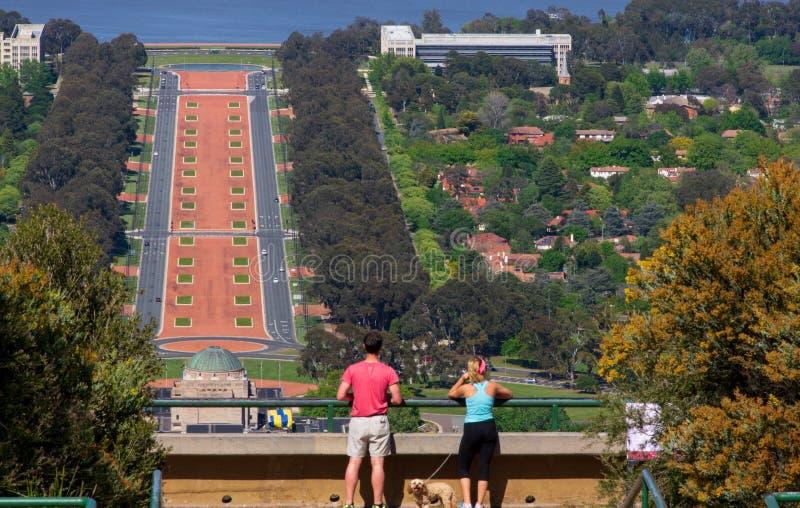 Paar die op Bergvooruitzicht de Stad van Canberra bekijken royalty-vrije stock afbeeldingen