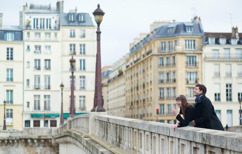 Paar die op de brug lachen royalty-vrije stock afbeeldingen