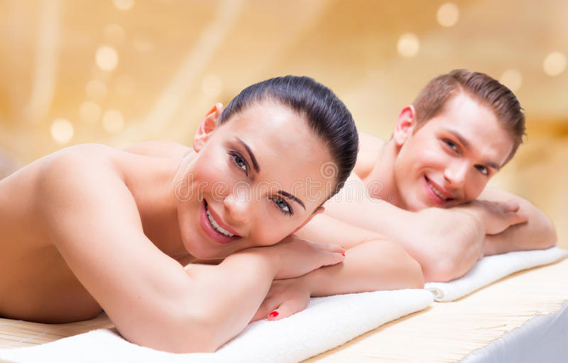 Paar die op de massagebureaus liggen royalty-vrije stock foto's