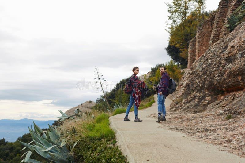 Paar die op een bergsleep samen wandelen royalty-vrije stock foto's