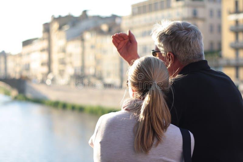 Paar die op Florence van Ponte Vecchio, Italië letten royalty-vrije stock foto