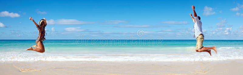 Paar die op het strand lopen stock afbeeldingen