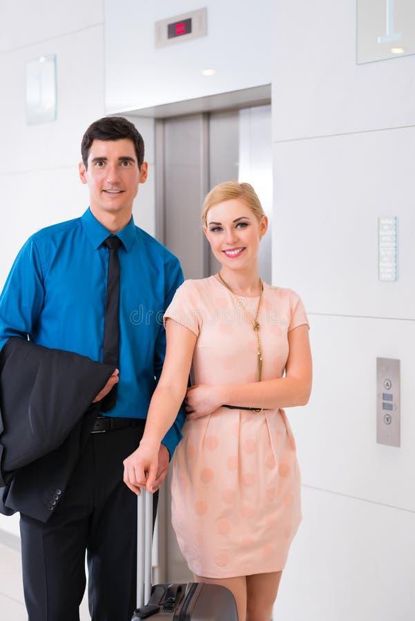 Paar die op hotellift of lift wachten stock afbeelding