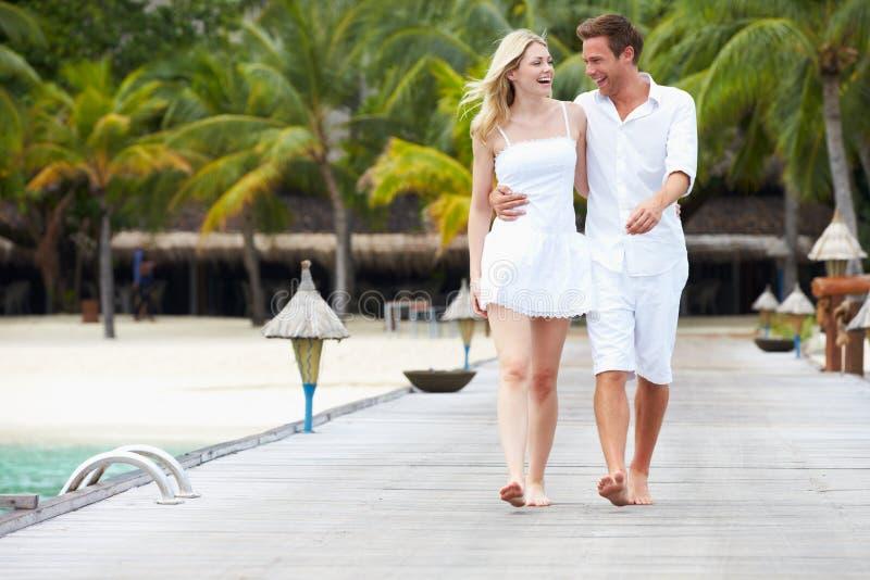 Paar die op Houten Pier lopen stock afbeelding