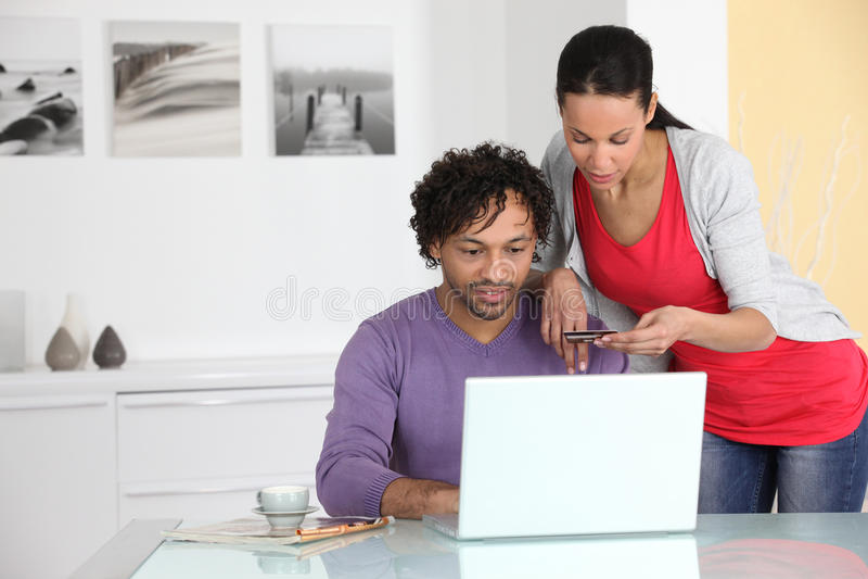 Paar die op Internet winkelen stock fotografie