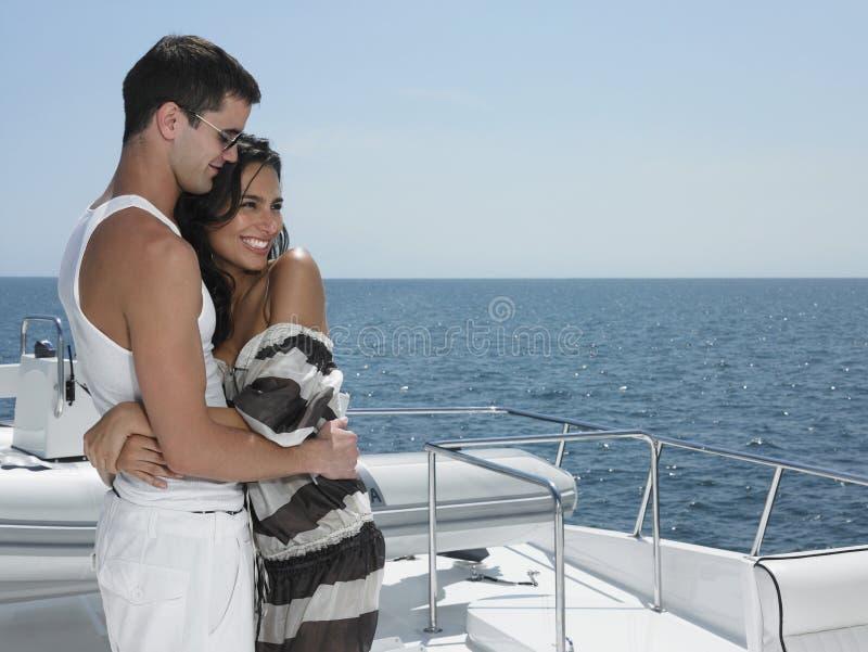 Paar die op Jacht omhelzen royalty-vrije stock foto