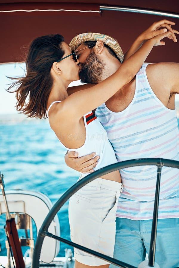Paar die op luxeboot genieten van royalty-vrije stock afbeelding