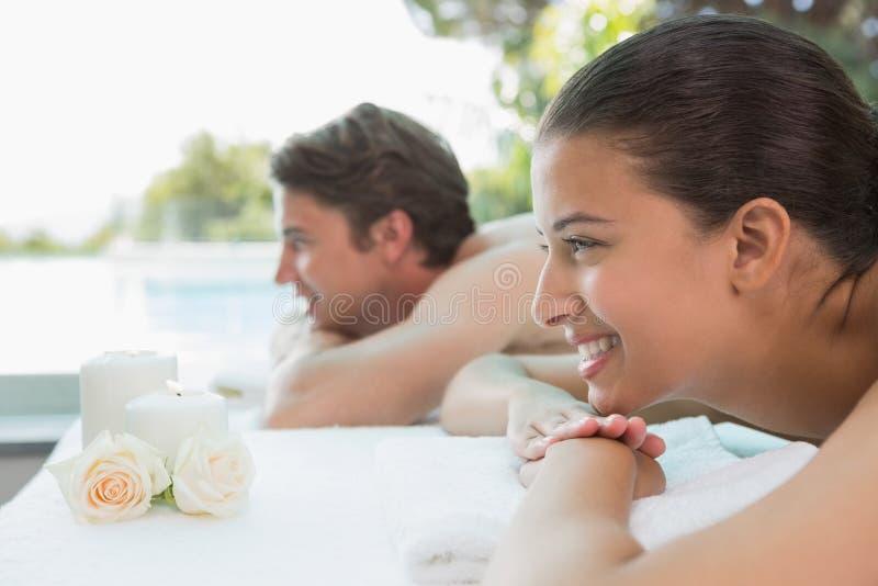 Paar die op massagelijst op kuuroordcentrum liggen royalty-vrije stock foto
