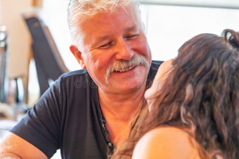 Paar die op middelbare leeftijd van een Teder Ogenblik genieten stock foto's