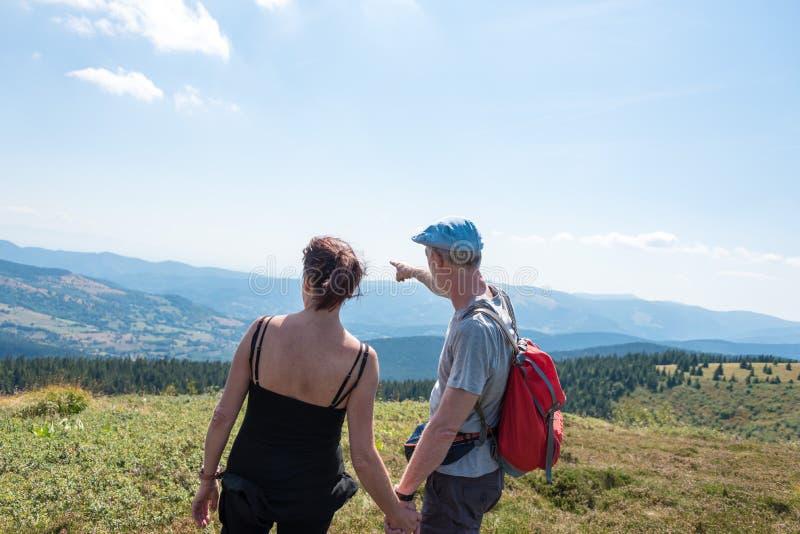 Paar die op stijging het landschap bekijken royalty-vrije stock afbeelding
