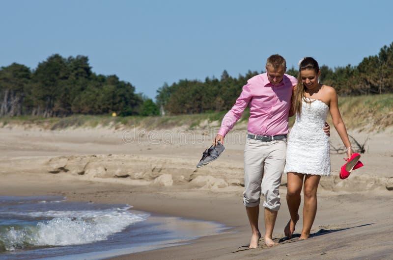 Paar die op strand lopen royalty-vrije stock fotografie