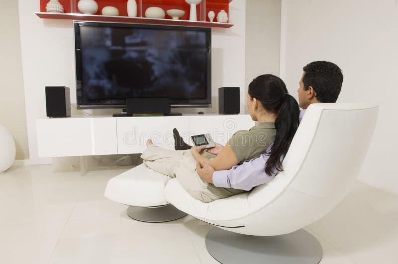 Paar die op TV letten royalty-vrije stock afbeeldingen