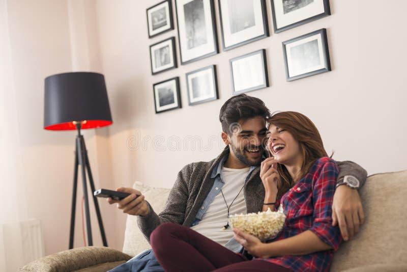 Paar die op TV letten en popcorn eten royalty-vrije stock foto