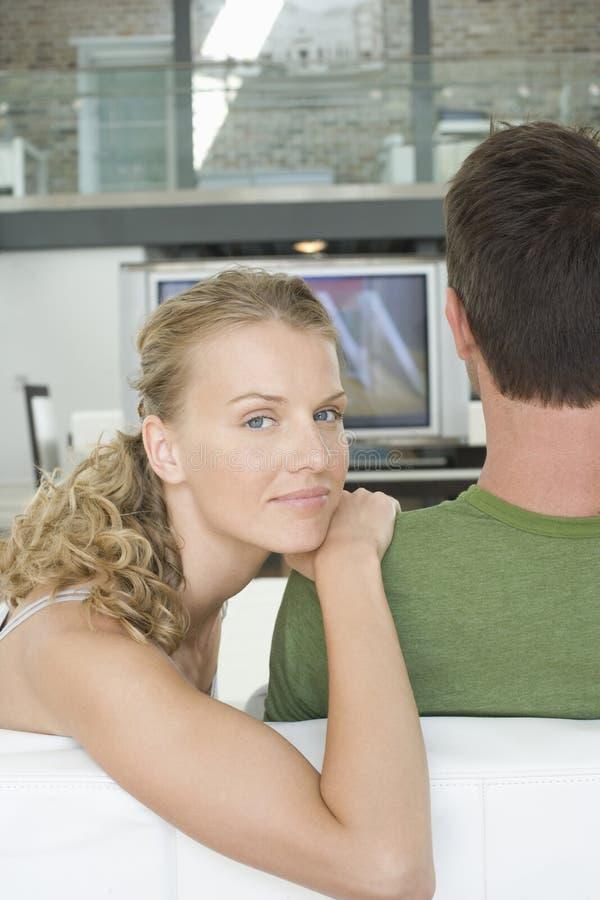 Paar die op TV thuis letten royalty-vrije stock fotografie