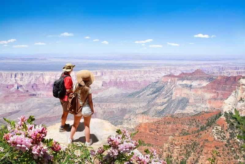 Paar die op vakantie van de mooie mening van de de zomerberg genieten royalty-vrije stock foto's