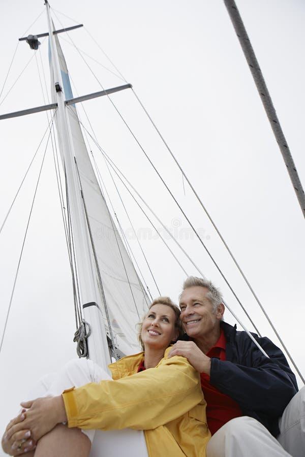 Paar die op Zeilboot omhelzen stock afbeelding