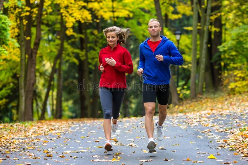 Paar die, openlucht springen lopen stock afbeelding