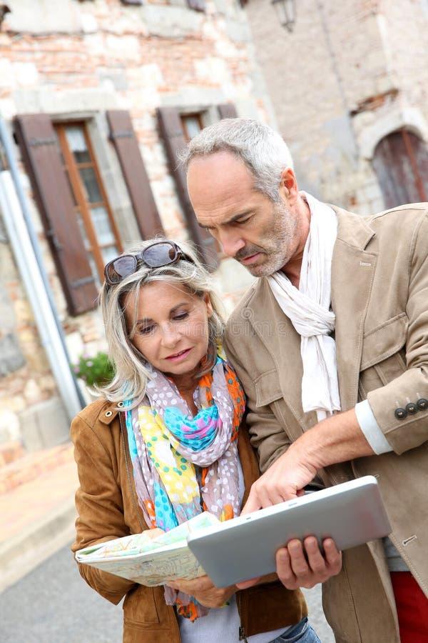 Paar die oude stad met tablet ontdekken stock fotografie