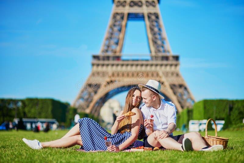 Paar die picknick hebben dichtbij de toren van Eiffel in Parijs royalty-vrije stock foto's
